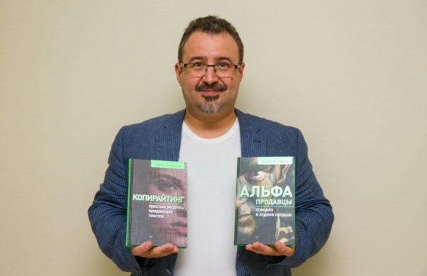 Тимур Асланов с книгами