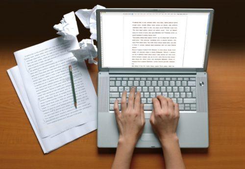 Руки за ноутбуком