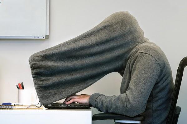 прячет компьютер майкой