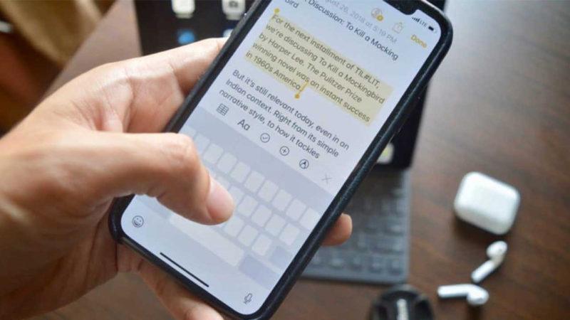 Набирает текст на телефоне